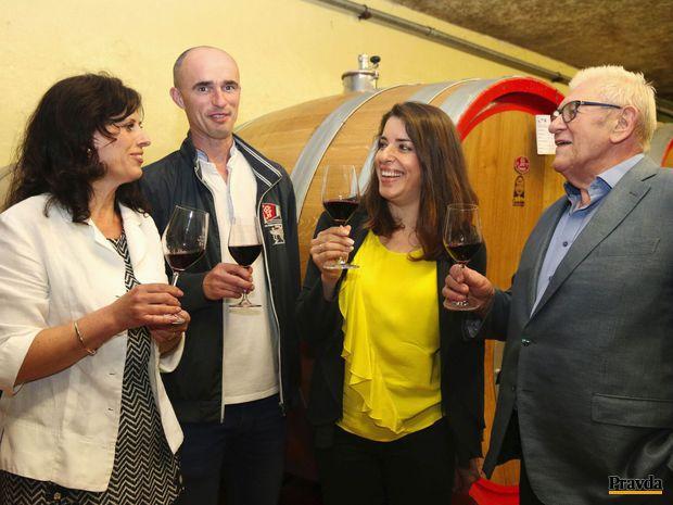 Osudová vinárska zmenka. Vinohradu sa takto upísal aj Ján Krampl