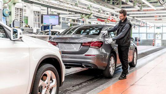 Mercedes-Benz čakajú bolestné škrty. Ušetriť chce miliardu. Aj na ľuďoch