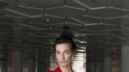 Modelka v kreácii z kolekcie UFO – Unlimited Fashion Objects od dizajnérky Mariny Žiakovej. Kolekciu inšpirovala tvorba slovenského umelca Júliusa Kollera.