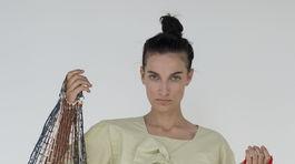 Modelka v šatách z kolekcie UFO – Unlimited Fashion Objects od dizajnérky Mariny Žiakovej. Kolekciu inšpirovala tvorba slovenského umelca Júliusa Kollera. Pingpongové loptičky sú odkazom na jeho celoživotnú záľubu.