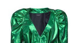 Koktejlové šaty s metalickým dezénom a výraznými ramenami. Za 285 eur predáva Pinko.