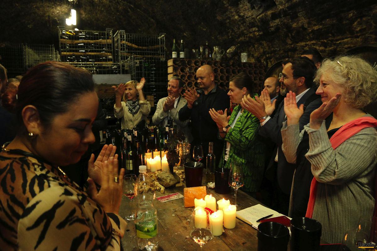 Po degustácii sa ozval spontánny potlesk majstrovi vína. Úplne vpravo Master of Wine Elisabeth Gabay.