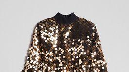 Šaty pošívané štvorcovými flitrami v zlatej farbe. Predáva Twinset za 169 eur.