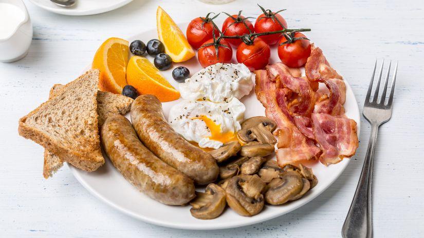 anglické raňajky, klobása, vajce, slanina,