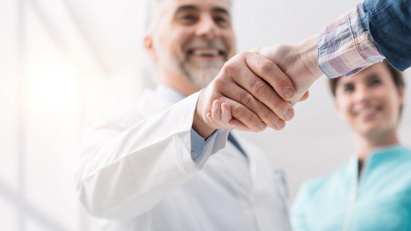 doktor, podanie ruky, pacient, úsmev