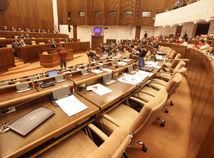 Hlasovanie o troch skrátených konaniach sa presunulo. Chýbali poslanci