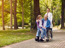 rodina, prechádzka, park, invalidný vozík