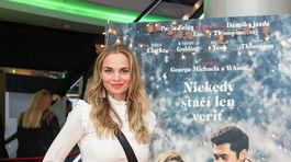 Herečka Milena Minichová v spojení blúzky, džínsov a vysokých semišových čižiem.