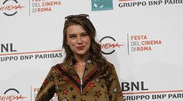 Herečka Sara Klimoska v kombinácii obľúbených džínsov a vzorovaného topu.