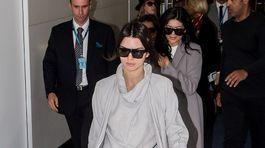 Modelka Kendall Jenner odetá od hlavy po päty do sivej farby.