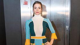 Herečka Gabriela Marcinková v úpletových šatách s výrazným motívom color-blockingu.