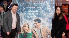 Na premiéru filmu Last Christmas prišiel aj Peter Sklár s partnerkou Monikou.