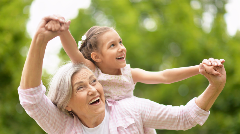 stará žena, babička, vnúča, senior, žena