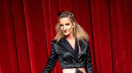 Moderátorka Adela Vinczeová v kreácii od slovenského dizajnéra Pavla Dendisa.
