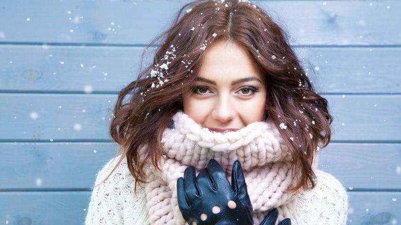 Dámske rukavice sú súčasťou zimnej výbavy.