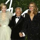 Cate Blanchett (vľavo) a Julia Roberts robili garde slávnemu dizajnérovi Giorgiovi Armanimu