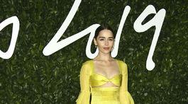 Herečka Emilia Clarke pózuje v šatách Schiaparelli Haute Couture.