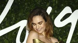 Herečka Lily James prišla na galavečer v kreácii Valentino Haute Couture.