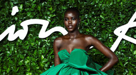 Modelka Adut Akech v kreácii Valentino Haute Couture.