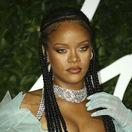 Speváčka Rihanna na vyhlásení cien British Fashion Awards.