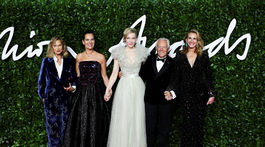 Zľava: Modelka a herečka Lauren Hutton, Roberta Armani, herečka Cate Blachett, dizajnér Giorgio Armani a herečka Julia Roberts.
