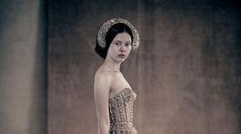 Britská modelka a herečka Mia Goth v novom kalendári Pirelli.