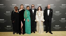 Zľava: Herečka Whoopi Goldberg, herečka a modelka Mia Goth, herečka Yara Shahidi, fotograf Paolo Roversi, herečka Claire Foy a šéf firmy Pirelli Marco Tronchetti Provera.