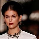 Modelka Kaia Gerber na prehliadke Metiers D'Art značky Chanel v parížskom Grand Palais.