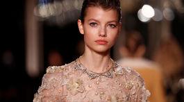Modelka na prehliadke Metiers D'Art značky Chanel v parížskom Grand Palais.