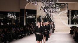 Modelky predvádzajú kreácie z kolekcie Metiers d'Art značky Chanel počas prehliadky v Grand Palais v Paríži.