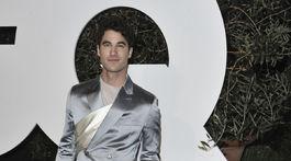 Herec Darren Criss v kreácii Christian Dior.