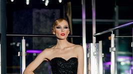 Modelka vo večernej kreácii z kolekcie Miklosko Fashion Design Jeseň/Zima 2019/2020.