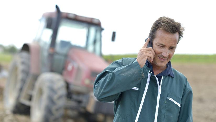 muž, traktor, telefonovanie