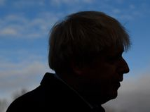Online: Britského premiéra preventívne previezli do nemocnice