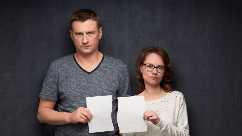 nesúhlas, hádka, muž, žena, roztrhnutý papier