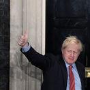 Johnson žiari šťastím, Corbyn dostal výprask