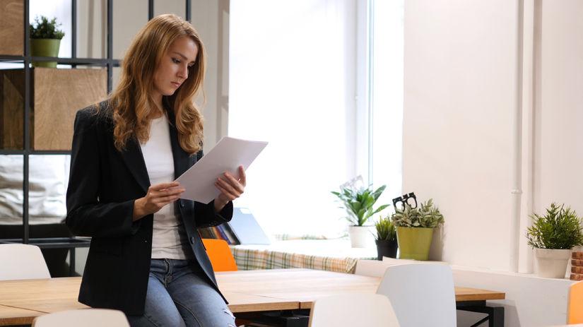 žena, papier, čítanie
