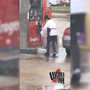 Neuveriteľné, žena tankovala benzín do igelitovej tašky