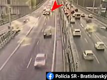 Vodič sanitky spôsobil nehodu a ušiel