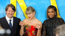 Režisér Tom Hooper a speváčky Taylor Swift (v strede) a Jennifer Hudson spoločne predstavili film Cats.