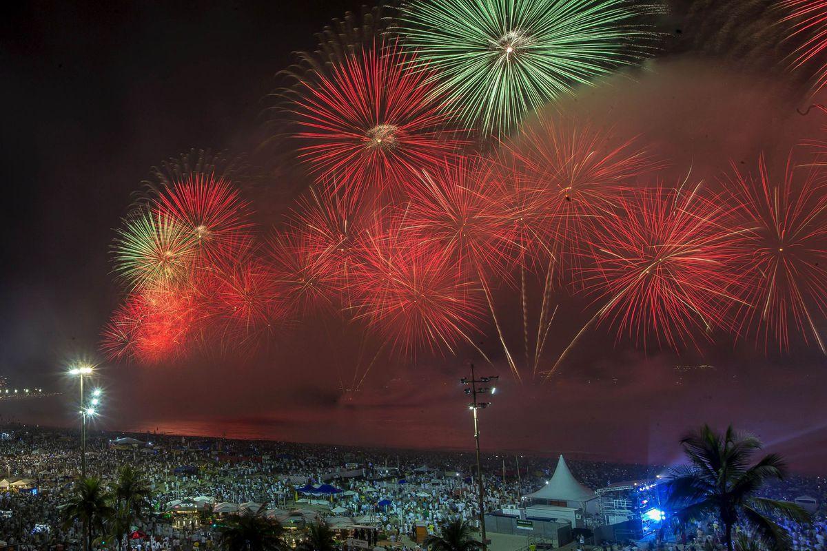 brazília ohňostroj 2020 nový rok copacabana pláž