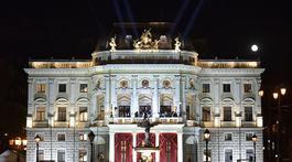 Historická budova Slovenského národného divadla počas 20. ročníka dobročinného Plesu v opere.