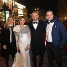 Manželia Ivana a Marián Gáboríkovci (v strede) s moderátormi Adelou Vincezovou (vľavo) a Danom Danglom.