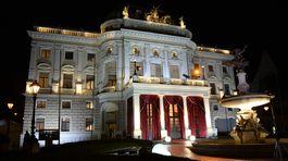 Opera budovy SND počas 20. ročníka akcie Ples v opere.