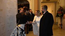 Andrea Cocherová (vľavo) a hostiteľ Pavol Lančarič vítajú Dominiku Cibulkovú a jej manžela na 20. ročníku Plesu v opere.