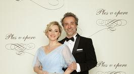 Herečka Monika Hilmerová v šatách od Jany Mrvovej. S manželom Jarom Bekrom.