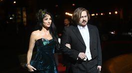 Lucia Hablovičová s dizajnérom Borisom Hanečkom. Odetá do jeho šiat.