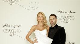 Modelka Michaela Kocianová v kreácii od Michaela Kováčika. S moderátorom Brunom Ciberejom.