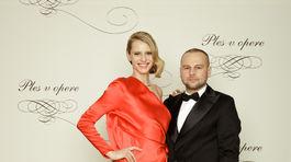 Módny návrhár Marcel Holubec a modelka Alexandra Gachulincová v jeho kreácii.