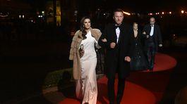 Podnikateľ a bývalý hokejista Marián Hossa prichádza s manželkou Janou. Obliekol ju dizajnér Michael Kováčik.
